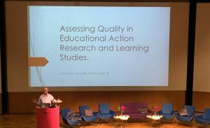 Keynote speaker John Elliott vid konferensen om den praktiknära skolforskningens teori och praktik