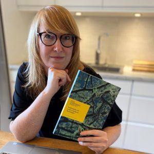Avsnitt 2: Läsförståelse och undervisning om lässtrategier, Linda Ekström håller upp översikten om läsförståelse och lässtrategier