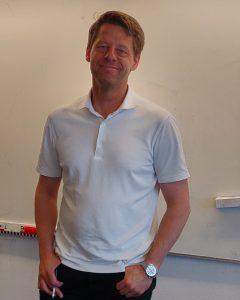 Stefan Josefsson framför tavlan i sitt klassrum